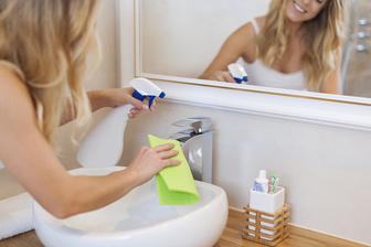 Hitri triki za vedno urejeno in čisto kopalnico